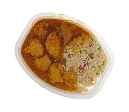 흰 배경에 고립 된 microwavable 플라스틱 트레이에서 냉동 된 치킨 너 겟 TV 저녁의 상위 뷰.