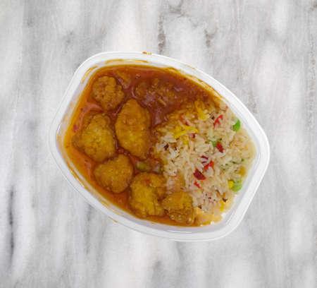 Hoogste mening van een gekookt het goudklompTv-diner van de kip in een microwavable plastic dienblad boven op een grijs marmeren lijstbovenkant. Stockfoto