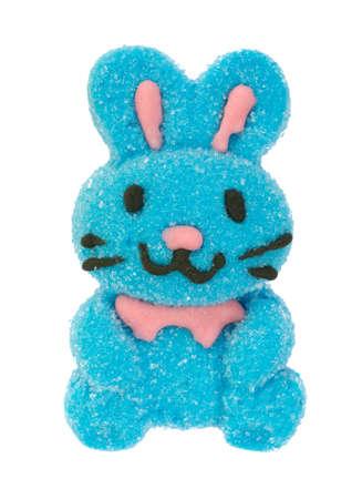 Un lapin de Pâques guimauve bleu avec des moustaches noires isolé sur fond blanc. Banque d'images - 89464885