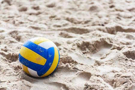 Volleyball auf leeren Strand in der Dämmerung Standard-Bild - 22447084