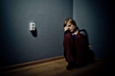 sad woman sitting alone in a empty room Zdjęcie Seryjne