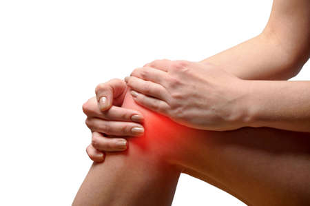 masaje deportivo: Mujer joven con dolor en la rodilla
