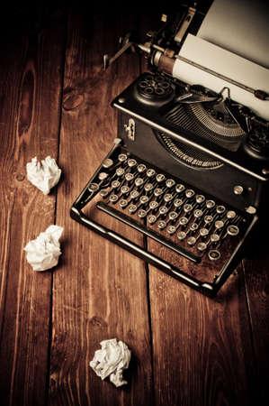 Machine à écrire Vintage et une feuille de papier blanc, rétro retouche Banque d'images - 20569517