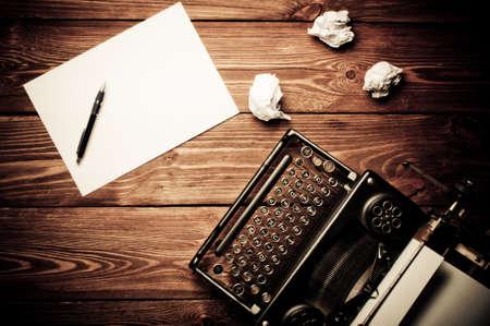 napsat: Vintage psací stroj a prázdný list papíru, retušování retro Reklamní fotografie