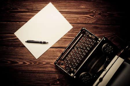 typewriter: Vintage m�quina de escribir y una hoja de papel en blanco, retoque retro Foto de archivo
