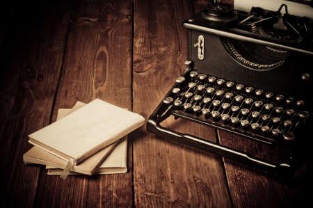 ビンテージ タイプライターと古い本、レトロなスタイルのタッチ アップ