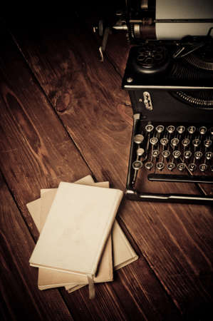 reportero: Vintage m�quina de escribir y libros antiguos, retoque de estilo retro Foto de archivo