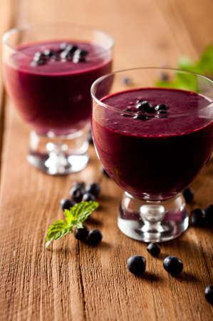 Glas verse bosbessen smoothie met blauwe bessen