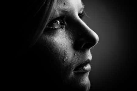 fille pleure: Beaut� fille pleurer. Noir et blanc. Banque d'images