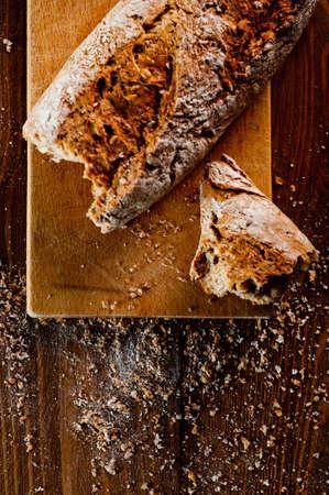 Volkorenbrood op een houten tafel Stockfoto