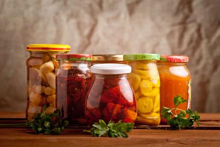 Compositie met potten ingemaakte groenten. Gemarineerde voedsel.