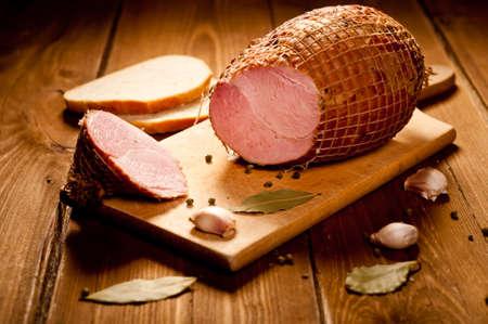 Hele ham met brood op de achtergrond, selectieve aandacht