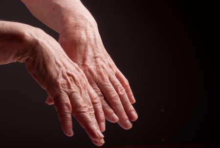 Senior handen. Lijden aan pijn en reuma