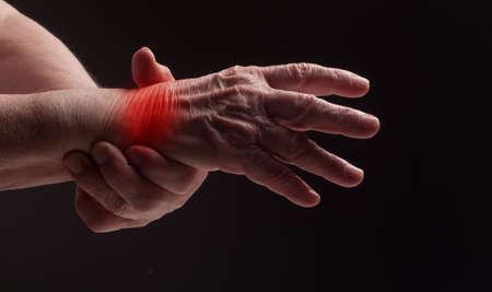 Senior handen. Die lijden aan pijn en reuma