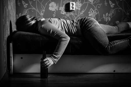 tomando alcohol: Muchacha triste joven el consumo de alcohol