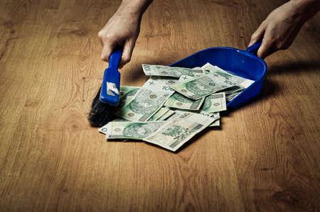 Het verzamelen van geld van de vloer