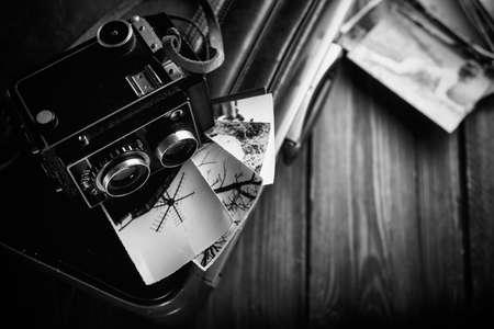 Oude camera en oude foto's zijn op de zaak. Retoucheren in retro stijl Stockfoto