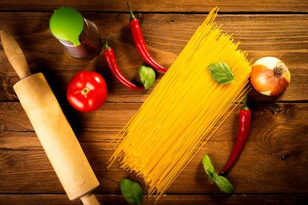 ingrediënten voor spaghetti op een houten tafel