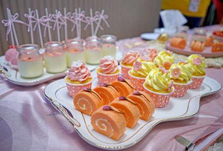 Feestmaal op tafel geserveerd Stockfoto