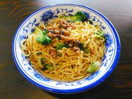 Chinese pasta geserveerd in een bord