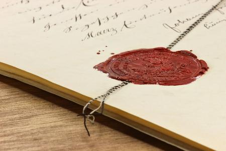 antyczne woskową pieczęcią na starym notarialnego dokumentu