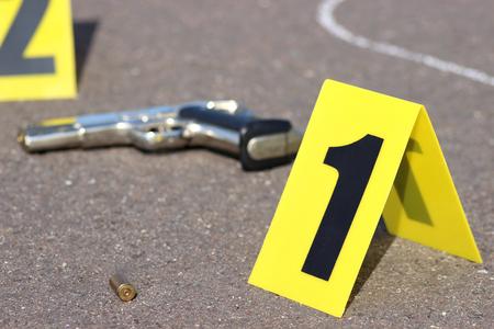 tiendas de campaña de identificación en la escena del crimen después de tiroteo