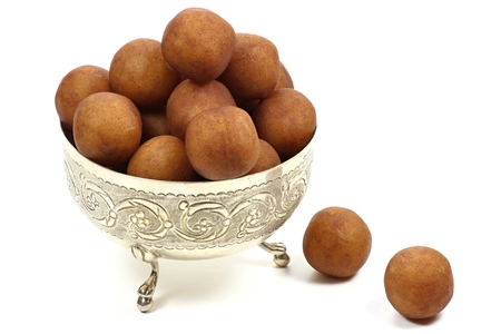 전통적인 마 지 판 감자 흰색 배경에 고립 된 은색 그릇에 뤼 베크에서 만든