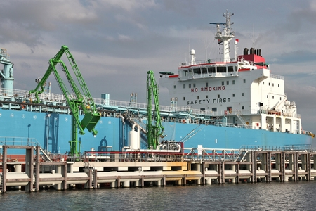 石油ターミナルでプロダクト タンカー 写真素材