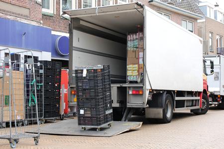 アンロードされている配達用トラック