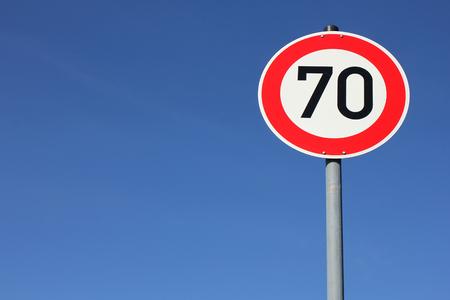 signos de precaucion: Alemán señal de tráfico - límite de velocidad de 70 kmh