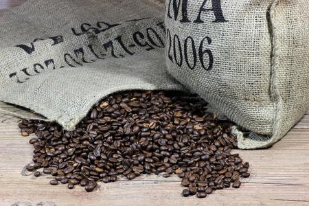 Geröstete Kaffeebohnen Standard-Bild - 51786609
