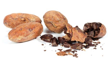 geroosterde cacaobonen op een witte achtergrond