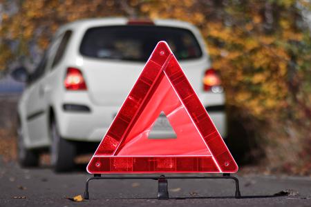 車の故障の前に三角形