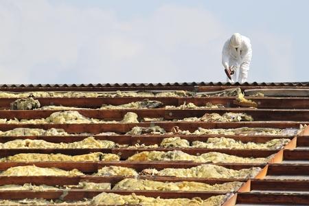 werkman op het dak van het gebouw wordt gesaneerd Stockfoto