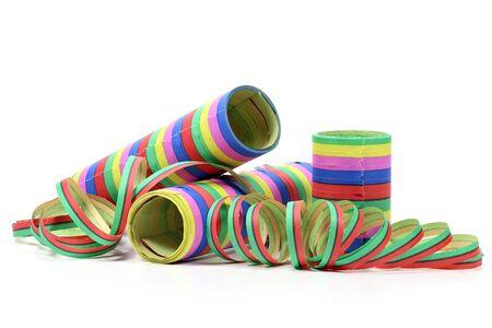 serpentinas: serpentinas de papel aislados sobre fondo blanco Foto de archivo