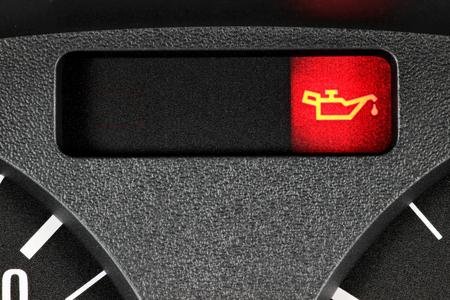 garage automobile: avertissement de pétrole léger dans la voiture tableau de bord Banque d'images