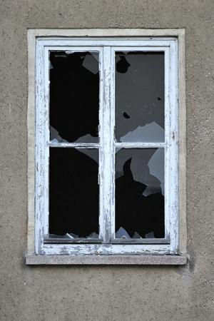 smashed window Standard-Bild