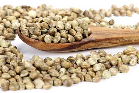 herbalist: cuchara de madera con semillas de c��amo