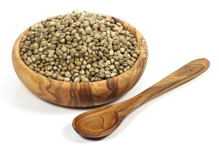 herbalist: semillas de c��amo en cuenco de madera