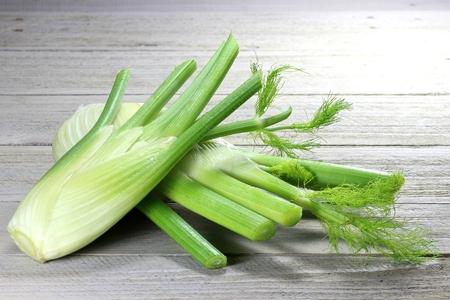 foeniculum vulgare: fennel bulbs on wooden background Stock Photo