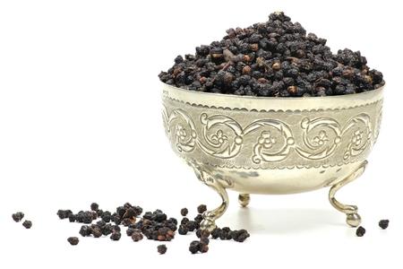 흰색 배경에 고립 된 은색 그릇에 말린 된 elderberries