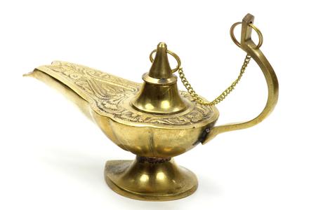 lampara magica: l�mpara m�gica aislado en el fondo blanco