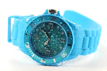 cronografo: húmeda reloj de pulsera azul aislado en el fondo blanco Foto de archivo