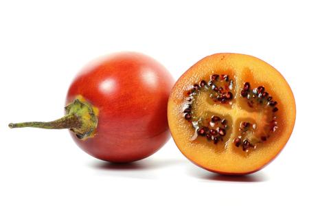 tomate de arbol: tamarillo aislado en fondo blanco