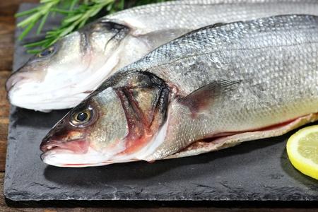 Seebarsch bereit zu kochen Standard-Bild - 53316762
