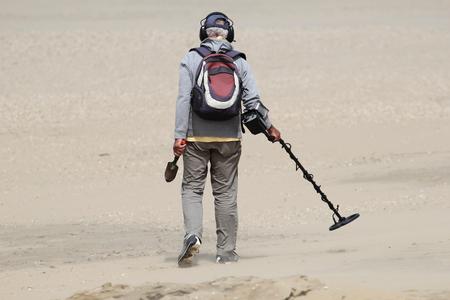 金属探知器を持つ男