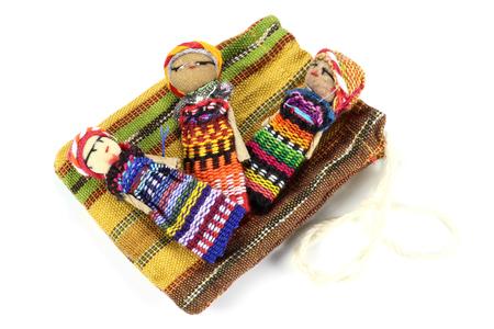muñecas preocupaciones tradicionales hechos en Guatemala aislados sobre fondo blanco