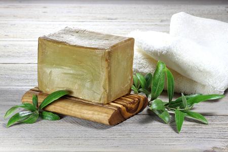 Savon à la main à base d'huile d'olive sur fond en bois Banque d'images - 53317255