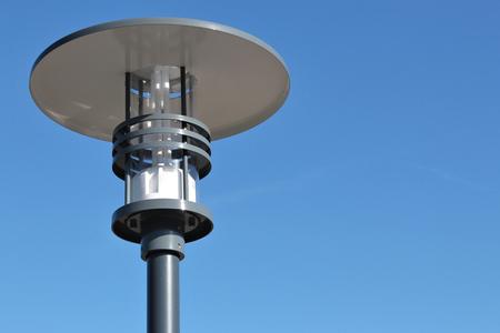 lampione contro il cielo blu