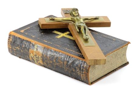십자 고상 및 흰색 배경에 고립 된 성경